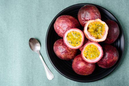 Frutto della passione fresco, frutta tropicale e sana, vista dall'alto