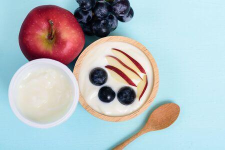 Yoghurt with apple and grape in a bowl, healthy eating Zdjęcie Seryjne