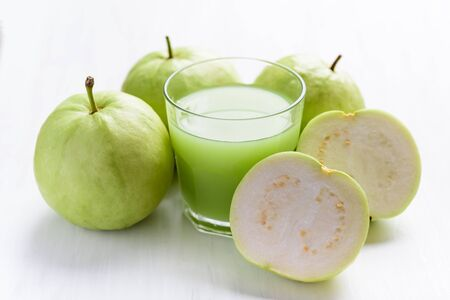 Green guava fruit and guava juice in glass, high vitamin C healthy drink Stockfoto