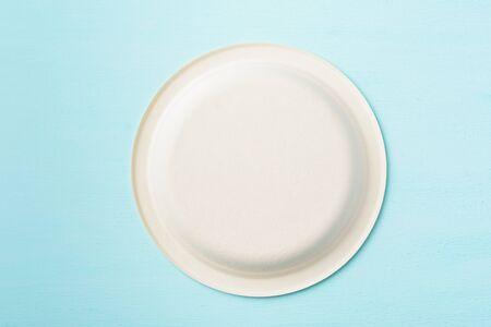 Assiette biodégradable, assiette compostable ou assiette jetable écologique sur fond de couleur pastel