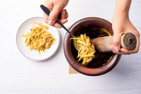 Thai food cooking, spicy green mango salad (Tum Ma Muang) Zdjęcie Seryjne