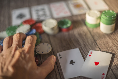 Poker theme _ wood table with cards and chips Banque d'images - 96823162