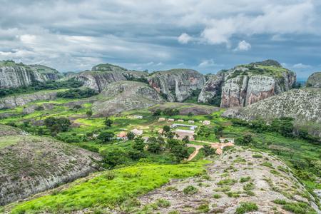 Uitzicht op de bergen Pungo Andongo, Pedras Negras (zwarte stenen), enorme geologische rotselementen, in Malange, Angola Stockfoto