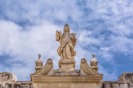 Coimbra/Portugal - 04 04 2019: Blick auf die Skulptur in der klassischen gebrochenen Fassade, die sich über dem Tor der Treppe von Minerva . befindet