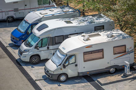 Regua / Portugal - 10/02/2020 : View of motorhomes parked on the side of the road in foreign tourists campsite... 免版税图像