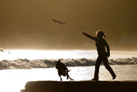 obey: mujer lanzando el palo para perro