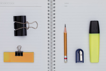 articulos de oficina: artículos de oficina y elementos de negocio. Concepto de oficina creativa. Vista superior. Foto de archivo