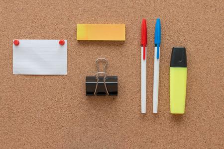 articulos de oficina: Art�culos de oficina y elementos de negocios en un escritorio. Concepto de oficina creativa. Vista superior. Foto de archivo