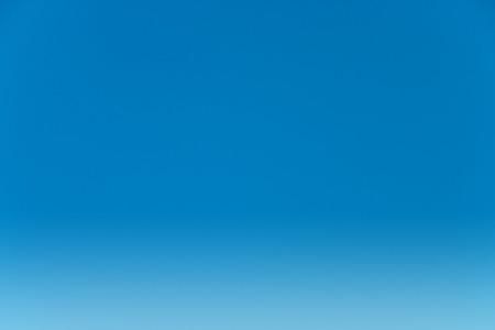 cielos abiertos: Claro cielo azul para el fondo. Foto de archivo
