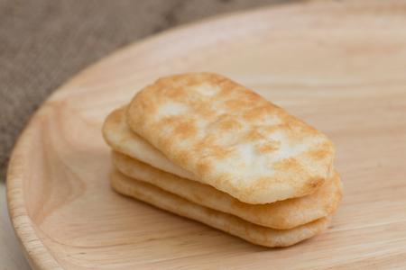 giapponese cracker di riso sul piatto di legno.
