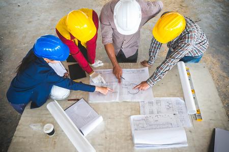 Ingenieur en voorman ontmoeten op locatie met blauwdruk Stockfoto
