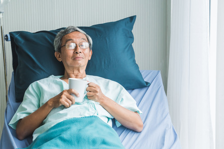 Old man rest in hospital with hope 免版税图像