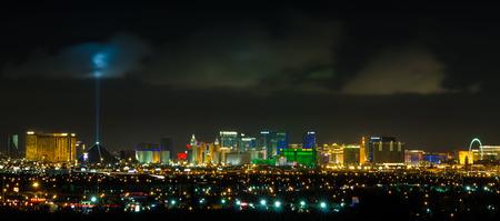 夜のパノラマのラスベガスのストリップの街並み。 報道画像