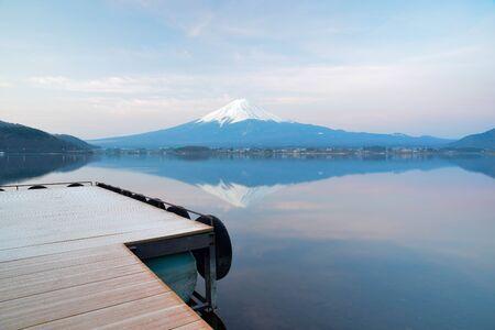 ar: Sunring ar Fuji mountain from the Kawaguchiko lake. Stock Photo