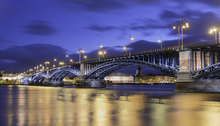 Sunset at Mainz, Germany with bluesky and light on the bridge. 版權商用圖片 - 58891306
