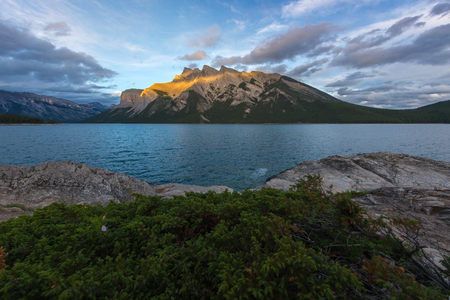 Sunset at Lake Minnewanka in Banff National Park, Canada. 版權商用圖片
