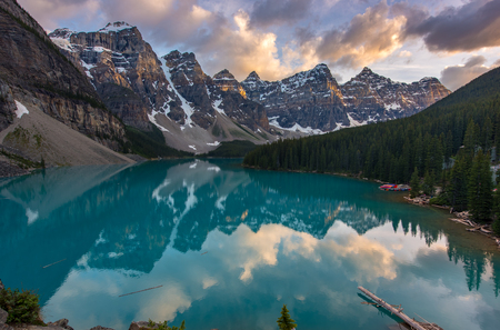 The Moraine lake sunset with snow with turquoise lake and cloudy sunset sky, Banff, Alberta, Canada 版權商用圖片
