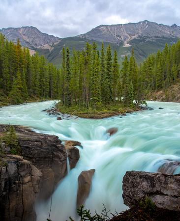 Sunwapta Falls with blue water flowing in Spring, Alberta, Canada. 版權商用圖片