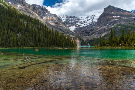 Lake Ohara hiking trail in cloudy day in Spring, Yoho, Canada. Stock fotó