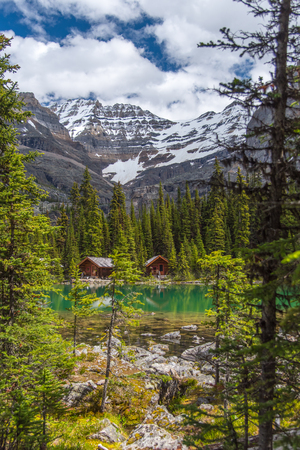 Cottages in Lake Ohara hiking trail in cloudy day in Spring, Yoho, Canada. Reklamní fotografie