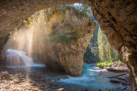 Johnston Canyon-grot in het voorjaar met watervallen, Johnston Canyon Trail, Alberta, Canada. Stockfoto