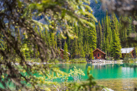 Cottages at Lake Ohara hiking trail in sunny day in Spring, Yoho, Canada. 版權商用圖片