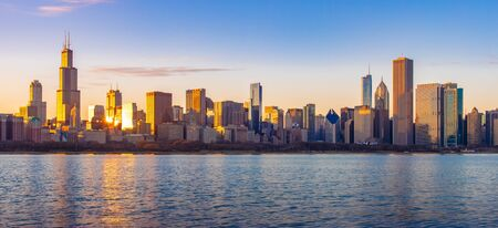Chicago downtown skyline sunset Lake Michigan with most Iconic building from Adler Planetarium, Illinois, USA 版權商用圖片