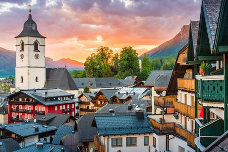View from the hotel at St. Wolfgang Lake in beautiful Sunset summer time, Austria 版權商用圖片 - 143396838
