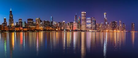 Chicago Skyline Cityscape at night with lake in front and  blue sky with cloud, Chicago, United state 版權商用圖片 - 143486719