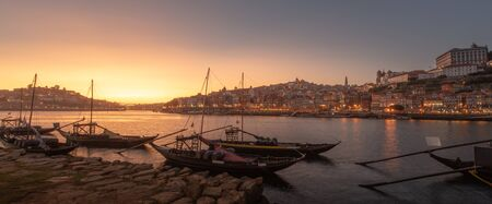 Panoramic of Porto cityscape in sunset with river on the front and wine carrier ship in  foreground and city of Porto in background, Portugal. 版權商用圖片 - 146701117
