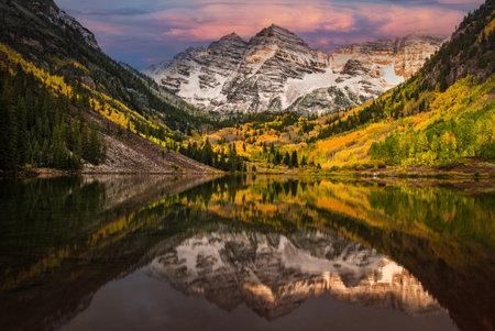 First morning light touching Rockie mountain at Maroon bell, Maroon lake, Aspen, Colorado 版權商用圖片 - 160149176