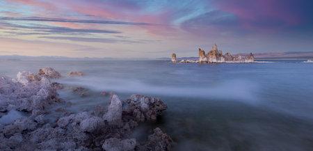 The magical of Mono Lake sunset, California, USA 版權商用圖片