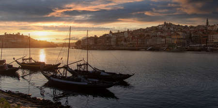 Porto cityscape in sunset with river on the front and wine carrier ship in  foreground and city of Porto in background, Portugal. 版權商用圖片 - 160916768