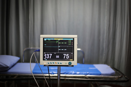 signos vitales: Vital signs monitor beside patient bed in emergency room of the hospital Foto de archivo