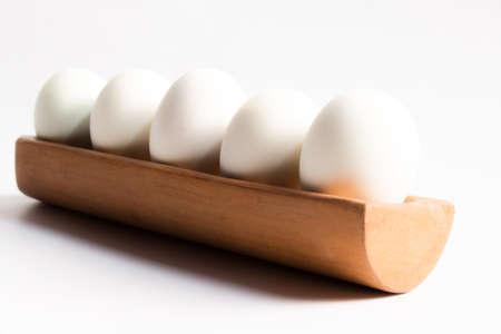 huevo blanco: Huevo en un fondo blanco bandeja de madera
