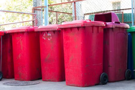 botes de basura: contenedores azules, rojos, contenedores de reciclaje, cubos de basura y hospitales p�blicos.