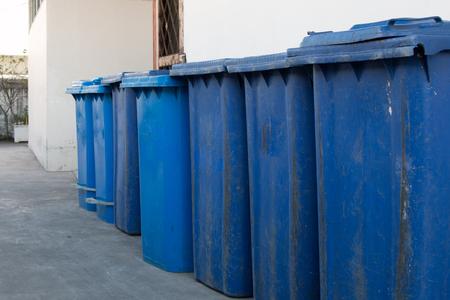 botes de basura: contenedores azules, rojos, contenedores de reciclaje, cubos de basura y hospitales públicos.