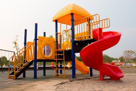 jardin de infantes: Patio colorido para los ni�os