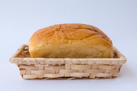 Corbeille à pain de fond blanc.