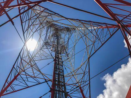 torre di segnalazione rossa e bianca alta torre in una giornata limpida del cielo