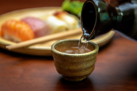 日本酒カップ、寿司付き