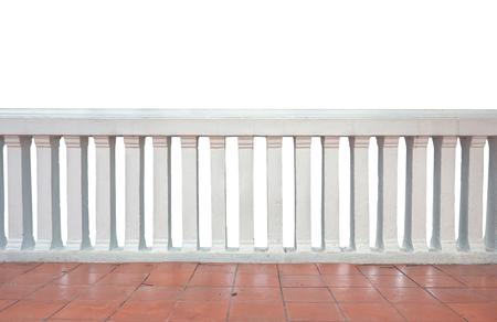 Konkrete Baluster und rote Fliese, Balkon auf weißem Hintergrund. Standard-Bild