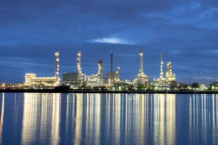 oil barrel: Refiner�a de petr�leo industrial en la noche