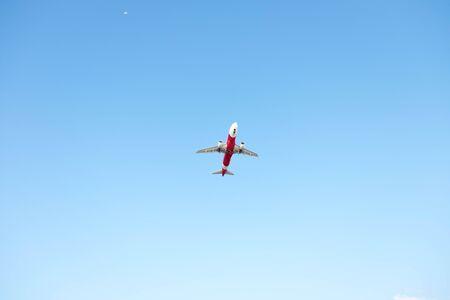 himmel mit wolken: Airplane fliegender on blue sky