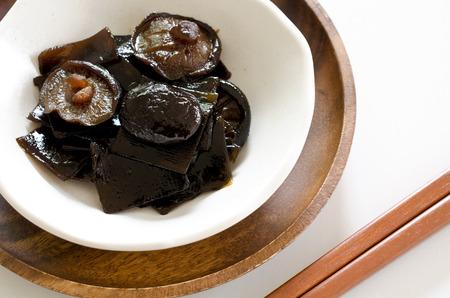 alga marina: hongo shiitake y tsukudani algas