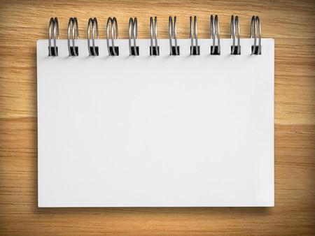 journal intime: vide portable blanc sur fond de bois de caoutchouc