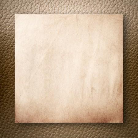 Old Paper auf leichten braunen Kunstleder-Hintergrund