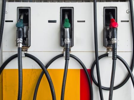 gas station: Frente de tres toberas de bomba de gas en estaci�n de gas listo para trabajar