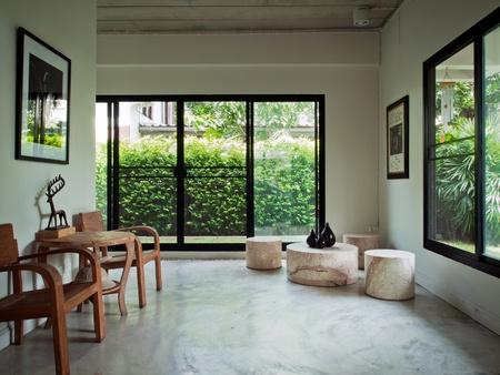 Holz Sessel im weißen home interior Standard-Bild - 8679228