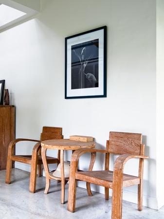 Holz Sessel im weißen home interior Standard-Bild - 8679222